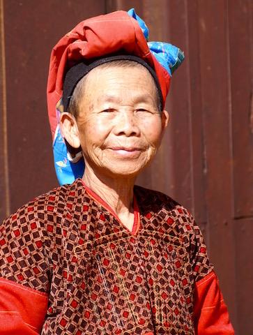 Vieille femme sur le pas de porte