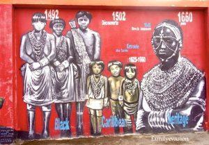Fresque murale Mur caraïbe sur l'enceintre du centre hospitlier du Marin
