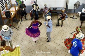 Musiciens et danseurs de haute taille
