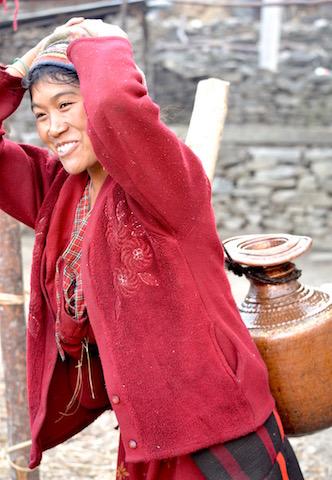 Jeune fille portant de l'eau